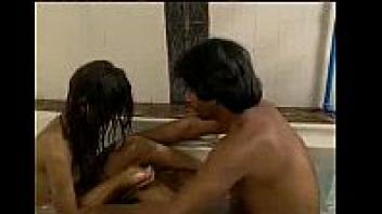 >หนังอาร์อินเดียมุสลิมแนวครอบครัว ยุคเก่า หลานสาวแอบเล่นเสียวxxxกับน้าชาย ทำมาเป็นสอนอาบน้ำ จับหลานสาวเย็ดหน้าตาเฉยsexมาก
