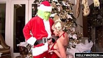 """>หนังโป๊ดาราฝรั่งผมทอง Pornhub """"เคลลี แมดิสัน"""" เอาปากอมควยซานตาคลอสหน้าผีข้างต้นคริสต์มาส ใช้มือชักว่าวแถมเลียหัวควยช่วยจนน้ำว่าวแตกคาปาก"""