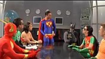 >หนังโป๊เด็ดรวมซูเปอร์ฮีโร่ Justice League XXX แต่งชุดคอสเพลย์ล้อเลียนมาเย็ดกัน นักแสดงภาพยนต์โป๊ฝรั่งหน้าเหมือนฮีโร่จัสติซลีกมาก แถมเย็ดมั่วเซ็กส์กันมันส์กว่าดาราโป๊พรฮับมากกว่าเยอะเลย